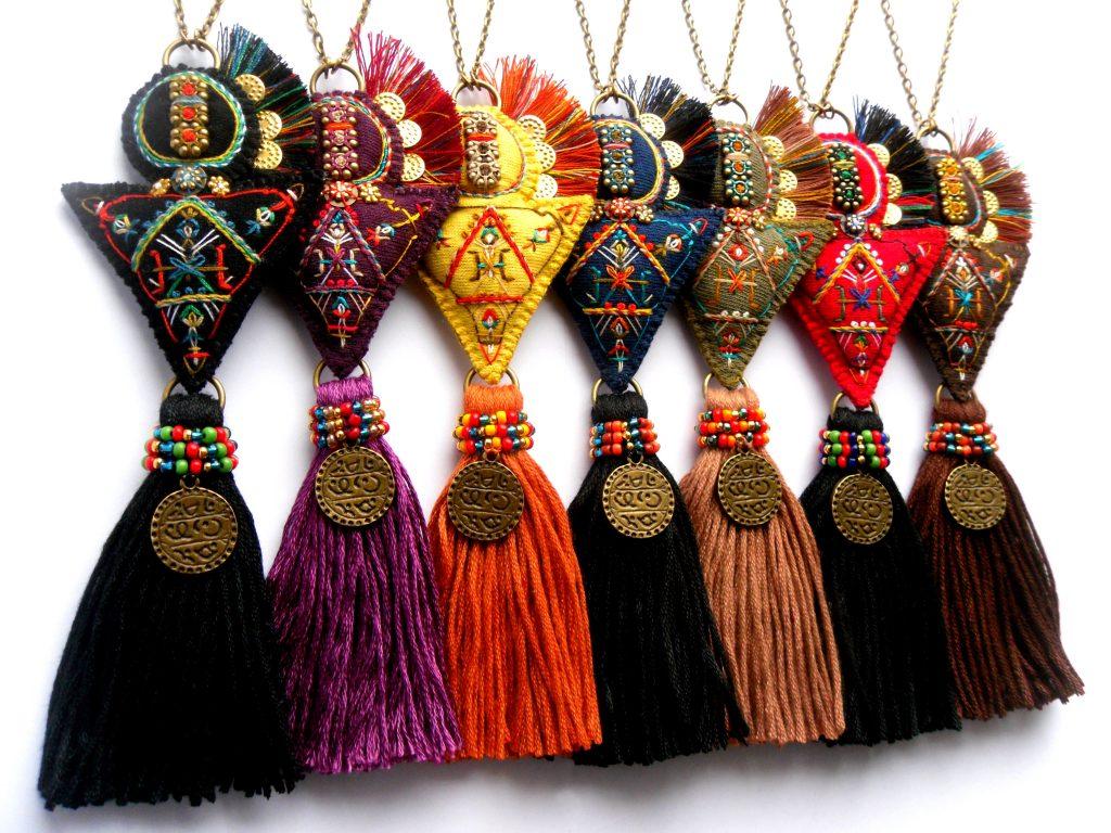collection de colliers brodés à la main en forme de fibules berbères multicolores